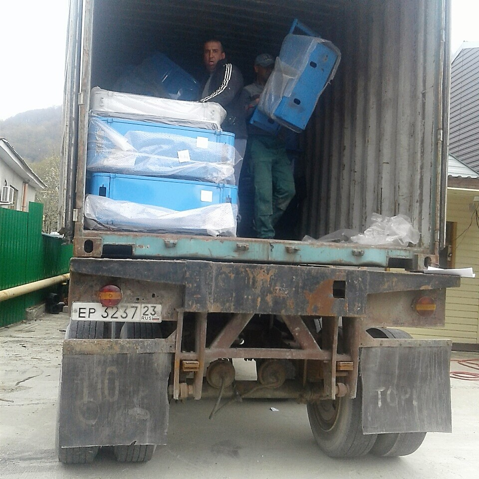 Выгрузка контейнера  с рикшами